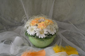Frühlingsgesteck mit Margeriten im Keramiktopf