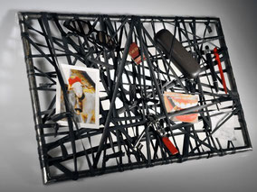Wandobjekt Schlauchorell zur Aufbewahrung von Gegenständen. Material: Fahrradschlauch und Eisenrohr. Hersteller: Stef Fauser Design Berlin