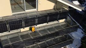 Balkon mit Metallstrukturen. Zellen dienen zugleich als Sichtschutz.