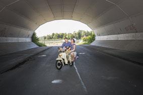 Rockabilly Paar im Retro Look auf einer Simson Schwalbe einem nostalgischen Motoroller