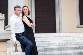 Ehepaar abgelichtet vor der Villa Alba in Gardone Riviera am Gardasee
