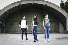 Junge Leute in coolen Klamotten vor Shelter in Memmingerberg