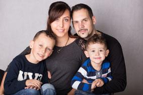 Ehepaar mit zwei Söhnen beim Familientag im dm-Drogeriemarkt