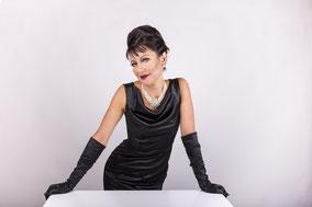Audrey Hepburn im schwarzen Abendkleid