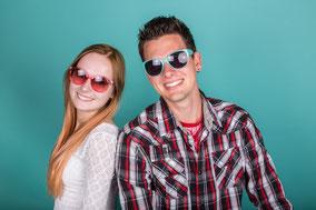 Mann und Frau mit Sonnenbrille und Sommer Lächeln