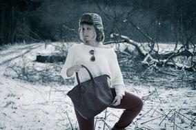 Frau mit roter Hose im Wald bei Memmingen