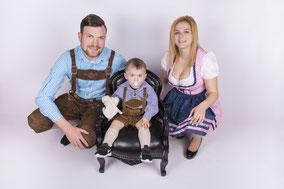 Familie in Tracht mit Dirndl und Lederhose