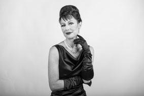 Audrey Hepburn mit langen schwarzen Satinhandschuhen