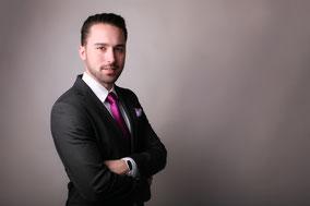 Berwerbungsfoto Außendienstmitarbeiter im Anzug mit Hemd und Krawatte