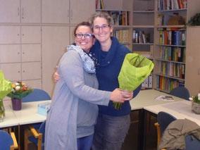 Blumen gab es auch als Dankeschön für die Kassenprüferinnen von der alten 1.Vorsitzenden Jessica Ulrich