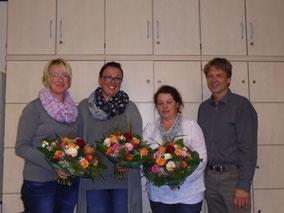 Dankeschön für die ausscheidenden Vorstandsmitglieder Heike Metzger, Jessica Ulrich und Tanja Surget durch Schulleiter Klaus Mührel