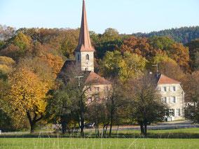Kirche mit Pfarr- und ehem. Schulhaus