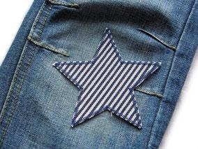 Bügelflicken auf Jeanshose aufbügeln