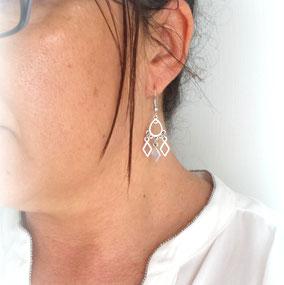 look graphique et tendance avec les boucles d'oreilles losanges ELIA fait main en France.