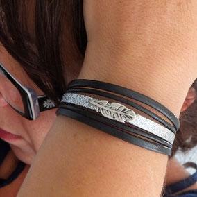 Bracelet en cuir noir, femme, sa plume, ses paillettes, manchette, fait main en France tendance automne hiver 2017 bassin d'Arcachon cuir perles bracelet femme idee cadeau noel