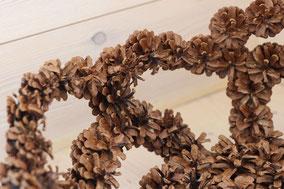 Détail corbeille ajourée en pommes de pins naturelles