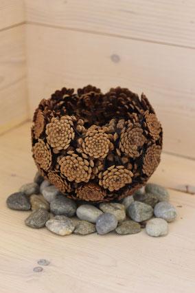 Corbeille en pommes de pins naturelles petit format