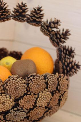 Détail panier anse retournée en pommes de pins naturelles fait main