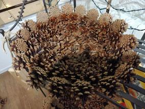 corbeille en pomme de pins naturelles bord retournés fait main