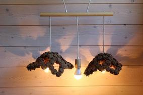 lustre 3 lampes avec deux luminaires ajourés en pommes de pins naturelles de petite taille fait main