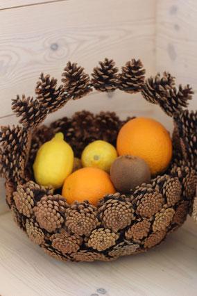 Panier anse retournée en pommes de pins naturelles fait main