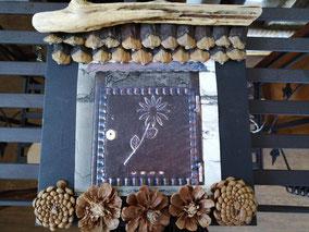 tableau boite aux lettres bois flotté et pomme de pin