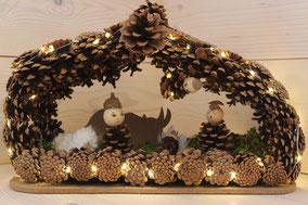 Crèche éclairée forme maison en pommes de pins naturelles avec personnages fait main