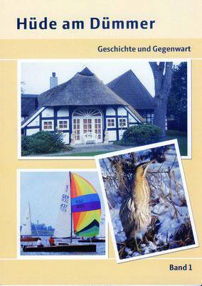 """Auf dem Buchcover von """"Hüde am Dümmer"""" Band 1 sind drei typische  Motive zu sehen: ein restgedecktes Fachwerkhaus, ein Segelboot mit buntem Spinnacker und eine Rohrdommel."""
