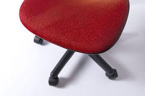 オフィスによくあるキャスター付のコロコロ椅子は、私を猫背にする。 (H28.2.16)