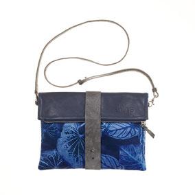 Mademoiselle Camille, blaue, mit Caladium Blättern bedruckte Clutch fair und nachhaltig in Europa produziert. aus bio zertifiziertem Leder und Polsterstoff