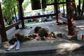 Blumen im Japanischen Tempel mit Weltfriedensglocke Berlin beim Gedenken am 6.August 2017. Foto: Helga Karl