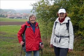 Roswith Busl und Ursula Kelber vor Ebersbrunn