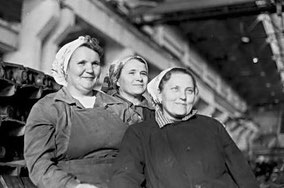 На снимке: Л. ЯСЫРКИНА — звеньевая, М. БЫКОВА, М. СИТНИКОВА.