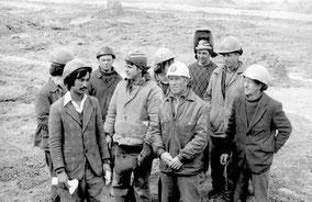 бригада монтажников СмУ-2 домостроительного комбината, возглавляет которую  (третий справа). Г. ПАНЬКОВ