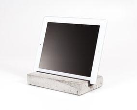 Bild: iPad tablet Halter aus Holz Beton