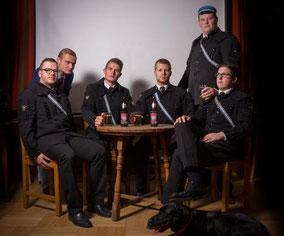Sechs unserer aktuellen Mitglieder im traditionellen Bergkittel, ganz in der Manier wie vor knapp 150 Jahren