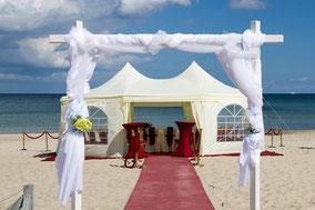 Heiraten an der Ostsee - roter Teppich Pavillion Strandkorb