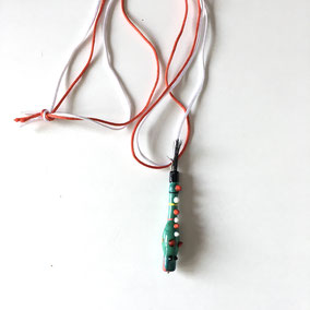 Collier dragon en verre soufflé.  Cordon rouge & blanc.  Réf : DPVPK180.  Prix : 25€