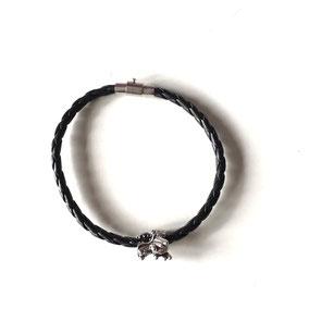 Bracelet cuir noir - tête de dragon. Longueur du bracelet 21cm.  Réf : CFLL1903.  Prix : 12€
