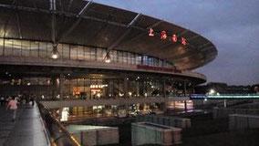 道路の向こう側に見えるガラス張りで透明な建物が上海南駅の「長距離バスターミナル」です。「地下鉄の駅」「火車の駅」も隣接してます。 「火車駅」はこんな感じです。