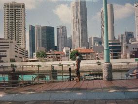 シンガポールのビルを見上げる