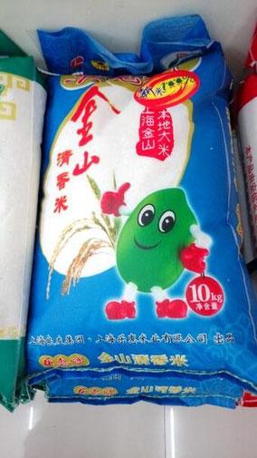 上海市金山の米。コンビニで売ってた。10㎏、55.8元。絵が気に入って写真撮った。