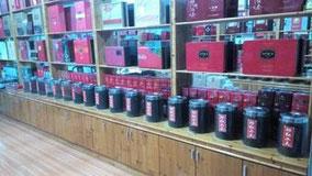 祁门紅茶(キーマン紅茶)たくさん種類あった。 反対側の壁にも10種類くらいある。 葉っぱの大きさとか加工の仕方とかで味や香りが違うって言ってた。