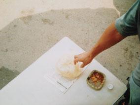 朝飯のナン  1枚4ルピー(12円)