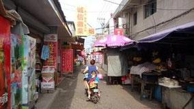 祁门からバスで1時間半、屯溪に着いた。1泊する(80元)。明日の上海までの直通バスが満席だから杭州まで行って乗り換える。杭州からならたくさんバスあるから席あるはず。屯溪の宿の裏、黄山の火車駅のすぐ近くの通り。