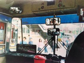 鏡に3人オレが写ってる バンコク市内をバスで移動