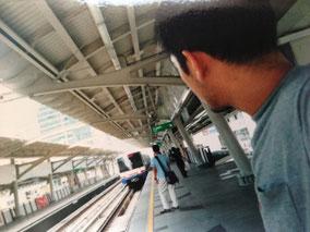 電車を待っている きた