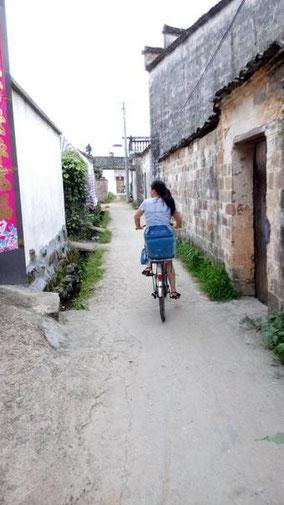 西递から碧山にきた。 電動バイクの後ろに乗って約30分。 到着したら村を自転車で案内してもらった。