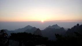 黄山から日の出見た。 思ったより小さかった。 でもきれいだった。