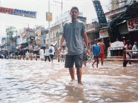 雨で道が川になってた